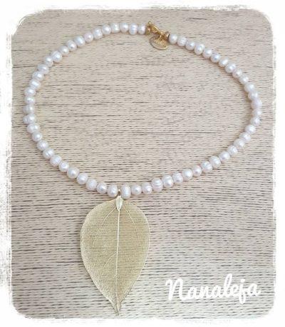 Gargantilla hoja dorada con perlas de río